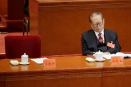 Former Chinese President Jiang Zemin takes a nap as Chinese President Xi Jinping delivers his speech in Beijing (Quelle: Reuters)