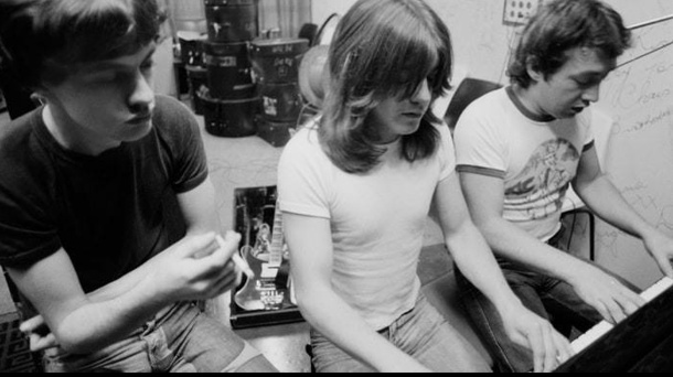 "George Young: ""Love is in the Air""-Songwriter und AC/DC-Produzent ist tot. George Young (r.) war Produzent von AC/DC. (Quelle: AC/DC Facebook)"