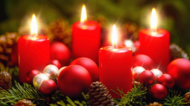 Adventskranz vor Brand schützen. Advent wreath with 4 burning candles (Quelle: Thinkstock by Getty-Images/Smileus)