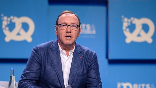 Leute: Kevin Spaceys umstrittenes Coming Out. Kevin Spacey ernet viel Kritik für sein Coming Out.