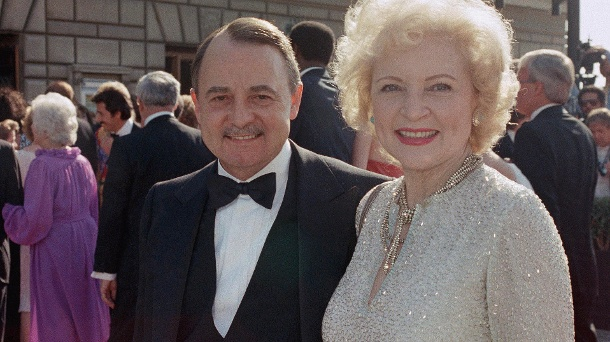 "Trauer um ""Higgins"" – ""Magnum""-Star John Hillerman ist tot  . John Hillermann im September 1985 mit Betty White bei der Verleihung der Emmy Awards in Pasadena, USA. (Quelle: dpa)"