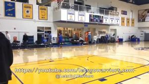 NBA-Superstar Stephen Curry von den Golden State Warriors schießt einen grandiosen Korb im Training. (Screenshot: Omnisport)