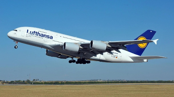 Lufthansa-Airbus A380 in Nowosibirsk notgelandet. Airbus A380 in Nowosibirsk notgelandet (Quelle: dpa/EPA/PETER LAKATOS HUNGARY OUT)