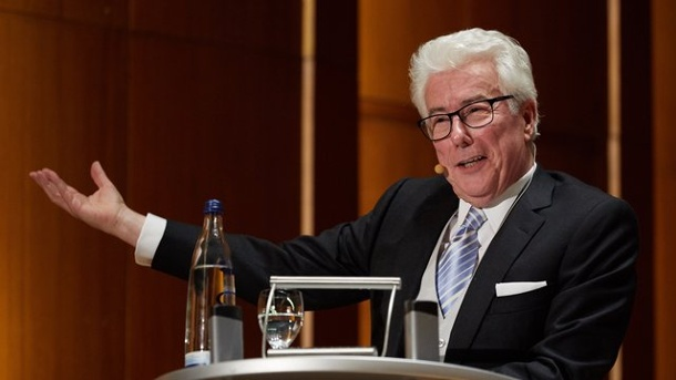 "Literatur: Bestsellerautor Ken Follett las in Hamburg. Ken Follett stellte in Hamburg sein neues Buch ""Das Fundament der Ewigkeit"" vor."