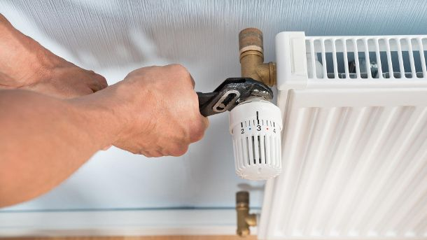 Plumber Fixing Radiator With Wrench (Quelle: Thinkstock by Getty-Images/AndreyPopov)