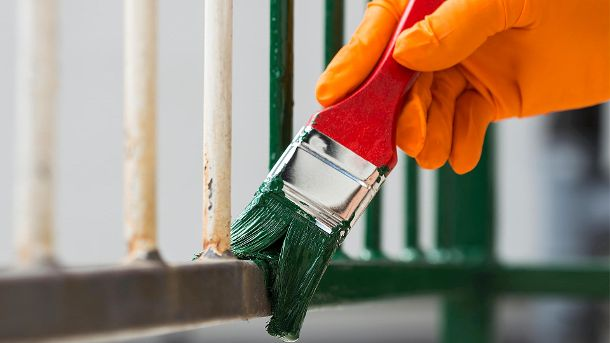 Painting with a paint brush (Quelle: Thinkstock by Getty-Images/Photosampler)