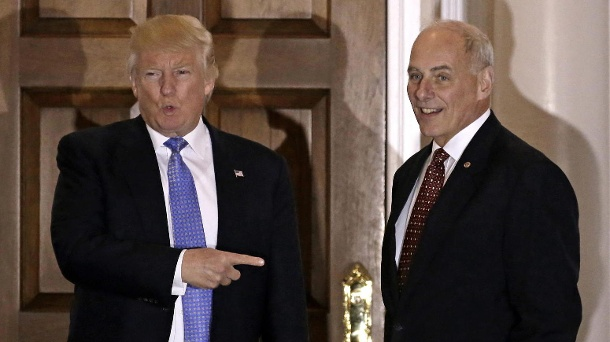 US-Präsident Donald Trump neben Ex-General John Kelly. (Quelle: dpa/Peter Foley/EPA FILES)