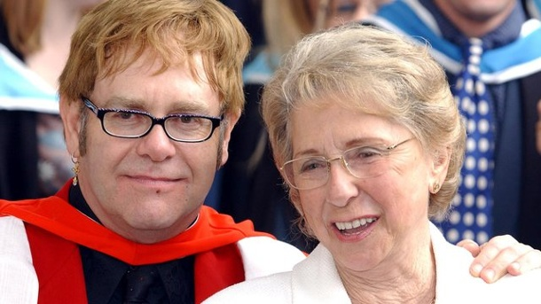 Leute: Elton John trauert um seine Mutter. Elton John und seine Mutter Sheila 2002 in London.