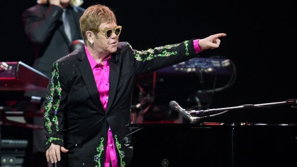 "Musik: Elton John widmet Mutter Lied bei Konzert. Elton John schenkte seinem Publikum in Hamburg eine ""Wonderful Crazy Night""."