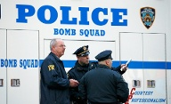 Police officers and an FBI agent stand outside Police officers and an FBI agent stand outside the New York Port Authority in New York City after reports of an explosion (Quelle: Reuters)