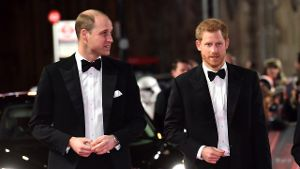 Royale Filmfans: Die britischen Prinzen William (l) und Harry vor der Royal Albert Hall in London. (Quelle: dpa/Matt Crossick)