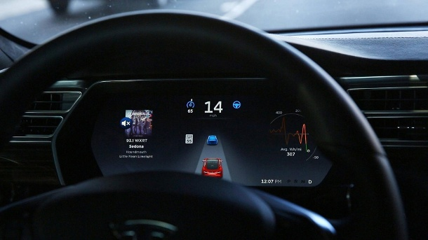 Cockpit eines Tesla S P90D: Crash mit Fahrassistent (Quelle: imago images/Chris Walker)