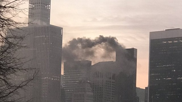 Brände: Brand auf Dach des Trump Tower in New York. Qualm steigt in New York aus dem Trump Tower auf.
