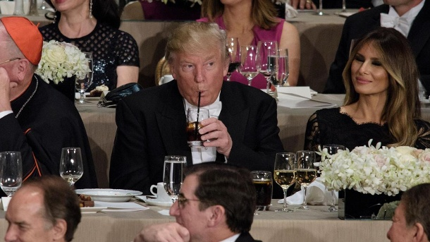 US-Präsident Donald Trump soll am Tag zwölf Dosen Cola light trinken. (Quelle: Getty Images/BRENDAN SMIALOWSKI/AFP/Getty Images)