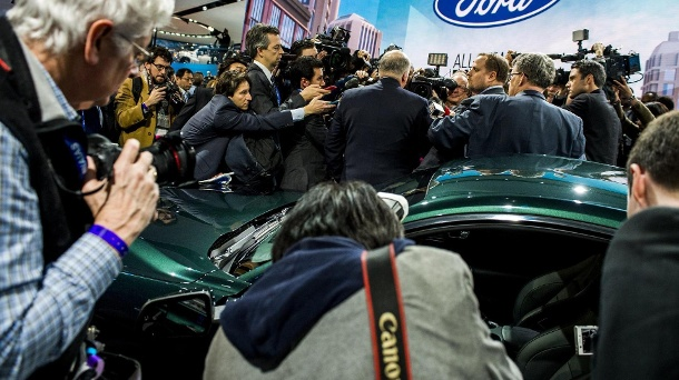 Ford-Chef Jim Hackett (M) vor dem neuen Mustang Bullitt. (Quelle: dpa/Jake May/The Flint Journal-MLive.com/AP)