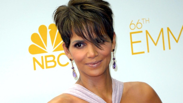 halle berry ohne slip auf dem roten teppich. Black Bedroom Furniture Sets. Home Design Ideas