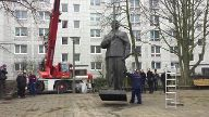 Stalin-Statue in Berlin errichtet (Screenshot: dpa)