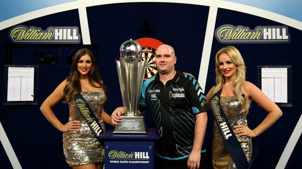 Dart: Darts-Verband schafft Walk-On-Girls ab. Walk-On-Girls flankieren bei der Siegerehrung der Darts-WM Rob Cross.