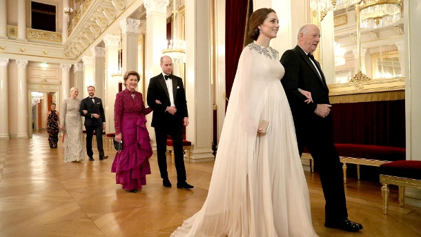 Herzogin Kate wird von König Harald von Norwegen zum Dinner geleitet – auch ihr Babybauch kommt in dem Alexander-McQueen-Kleid toll zur Geltung. (Quelle: Chris Jackson - Pool/Getty Images)