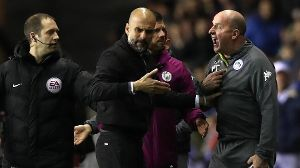 Pep Guardiola im Disput mit Wigan-Trainer Paul Cook: Der Trainer von Manchester City rastete bei der Pokal-Blamage aus.