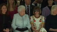 Die Queen besucht die Fashion Week (Screenshot: Reuters)