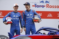 Pierre Gasly (links) und Brendon Hartley bei der Teampräsentation des Rennstalls Toro Rosso. (Quelle: dpa/Francisco Seco)