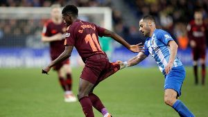 Fußball FC Malaga FC Barcelona FC Barcelona Barca s Ousmane Dembele vies for the ball with Ma