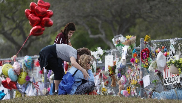 "Schüler kehren nach dem Massaker eines 19-Jährigen zurück in die ""Marjory Stoneman Douglas High School"" in Parkland, Florida (USA): Debatte um US-Waffenrecht tritt seit Al Capone auf der Stelle. (Quelle: Getty Images/Joe Raedle)"