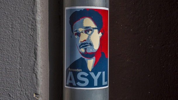 Sticker with Edward Snowden: He was seeking asylum in 21 states, including Germany. (Quelle: imago images)