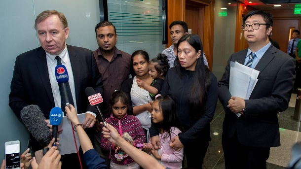 "Barrister Robert Tibbo (left) and lawyer Jonathan Man (right) with ""Snowdens Guardian Angels"":  Supun Thilina Kellapatha (2nd L with daughter Sethumdi), Nadeeka Dilrukshi Nonis (3rd Left with son Dinath), Ajith Puspa (3rd R),Vanessa Mae Rodel (2nd R with daughter Keana). (Quelle: imago images/Jayne Russell )"