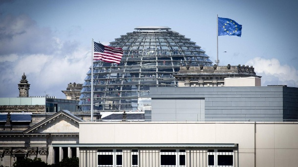 US-Embassy in front of the German Reichstag in Berlin: Spying on friends - no way? (Quelle: imago images)