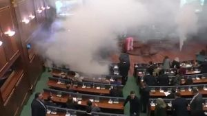 Tränengas-Attacke im Parlament (Screenshot: Reuters)