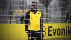 Trainer Peter Stöger schwärmt: Olympiasieger und Jamaika-Superstar Usain Bolt beim BVB-Training (Screenshot: Reuters)