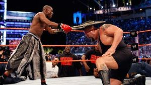 WrestleMania 24: Box-Superstar Floyd Mayweather (l.) legt sich mit Big Show an.
