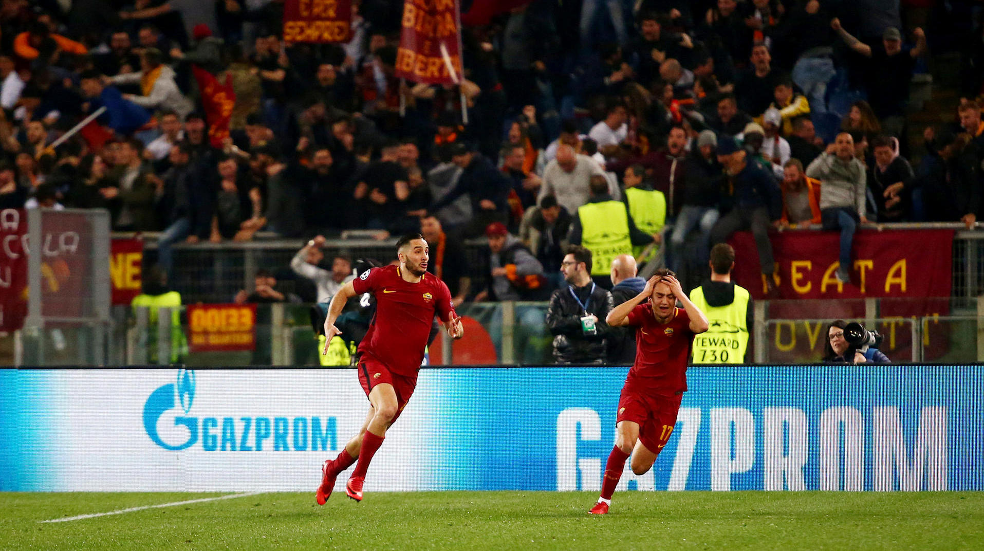 AS Rom - Barcelona: Champions League im Live-Ticker. Roma's Konstantinos Manolas feiert das dritte Tor mit Cengiz Under.  (Quelle: Tony Gentile)