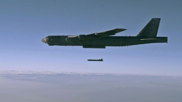 "Donald Trump droht Russland mit Angriff: ""Mach dich bereit"". An unarmed AGM-86B Air-Launched Cruise Missile is released from a B-52H Stratofortress over the Utah Test and Training Range (Quelle: Reuters/US Air Force/Staff Sgt. Roidan Carlson)"