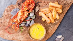 Fish and Chips: Hier in der Luxusversion mit halbem Hummer. (Quelle: Visit Jersey)