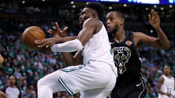 Basketball: Boston besiegt Milwaukee - Toronto schlägt Washington. Jaylen Brown (l) war der Garant für den Sieg der Boston Celtics gegen die Milwaukee Bucks.