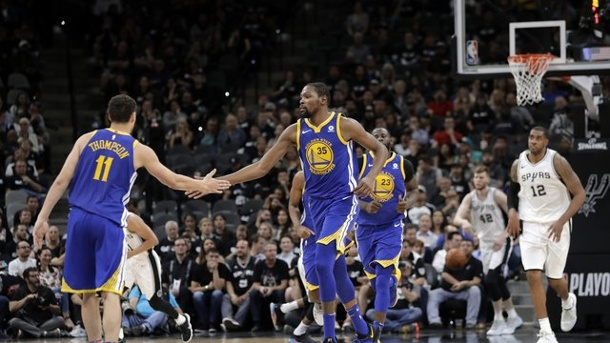 Basketball: Meister Golden State gewinnt erneut gegen San Antonio. Die Golden State Warriors um Superstar Kevin Durant (M.