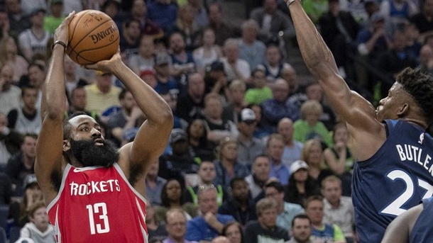 Basketball: NBA-Mitfavorit Houston gewinnt Playoff-Spiel gegen Minnesota. Die Houston Rockets um Superstar James Harden (l) gewannen in Minneapolis.
