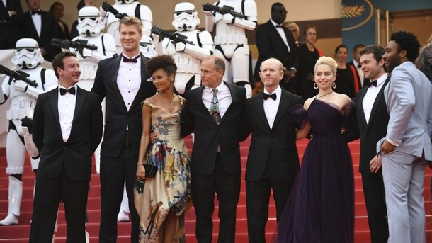 "Film: Spektakuläre ""Star Wars""-Premiere in Cannes. Donald Glover (r-l), Alden Ehrenreich, Emilia Clarke, Ron Howard, Woody Harrelson, Thandie Newton und Joonas Suotamo in Cannes."