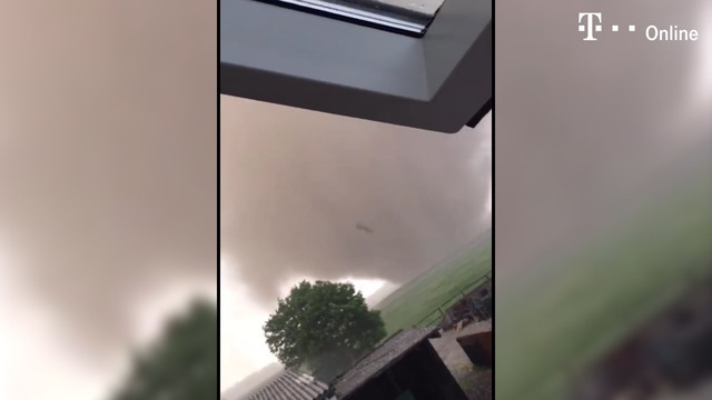 Tornado fegt über Nordrhein-Westfalen (Screenshot: NonStop News)