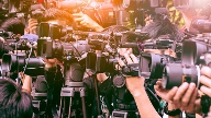Reporter mit Kameras (Quelle: Thinkstock by Getty-Images/Suriya Silsaksom)