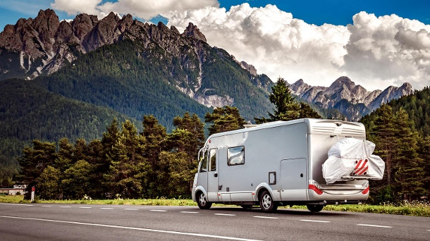 Family vacation travel, holiday trip in motorhome (Quelle: Getty Images/cookelma)