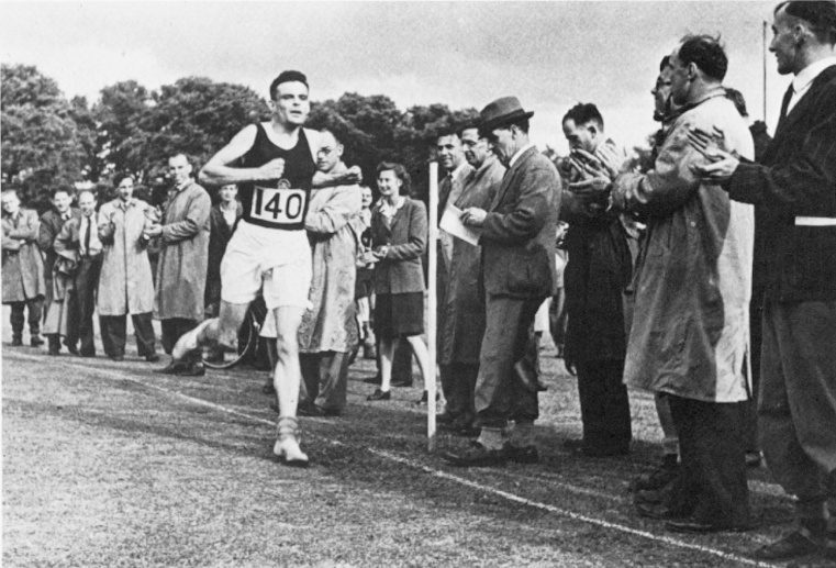 ALAN MATHISON TURING  (1912-1954). English mathematician and logician. Finishing second in a three-mile race at Dorking, England in 1946. (Quelle: ullstein bild)