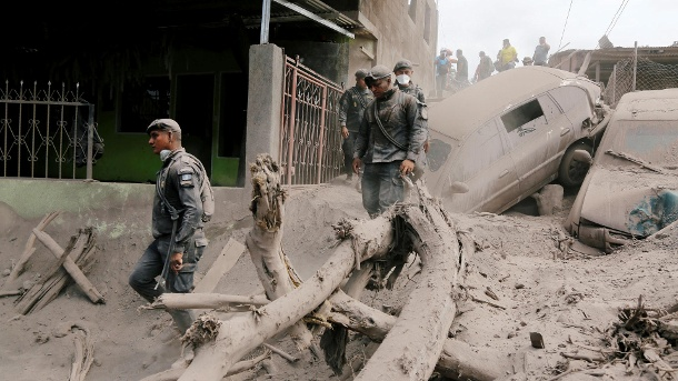 Vulkan in Guatemala: Sechs Ortschaften evakuiert nach erneutem Ausbruch. Policemen inspect at an area affected by the eruption of the Fuego volcano in the community of San Miguel Los Lotes in Escuintla (Quelle: Reuters)