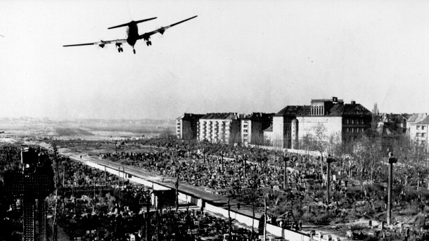 Rosinenbomber über Berlin (Quelle: Care)