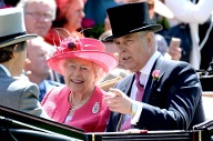 Pretty in Pink: Queen Elizabeth II. fährt mit Sohn Prinz Andrew in der Kutsche. (Quelle: imago images/Doug Peters)