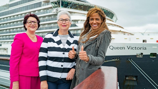 Autorinnen unter sich: Petra Polk, Eva-Maria Popp und Nadja Abd el Farrag am Hamburg Cruise Center Altona vor dem Kreuzfahrtschiff Queen Victoria. (Quelle: imago/Chris Emil Janßen)
