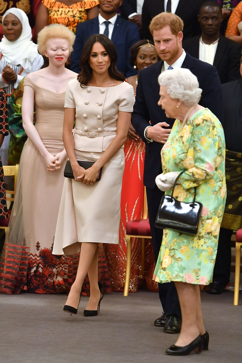 "Bei den ""Queen's Young Leaders Awards"": Herzogin Meghan, Prinz Harry und Königin Elizabeth II. (Quelle: dpa)"